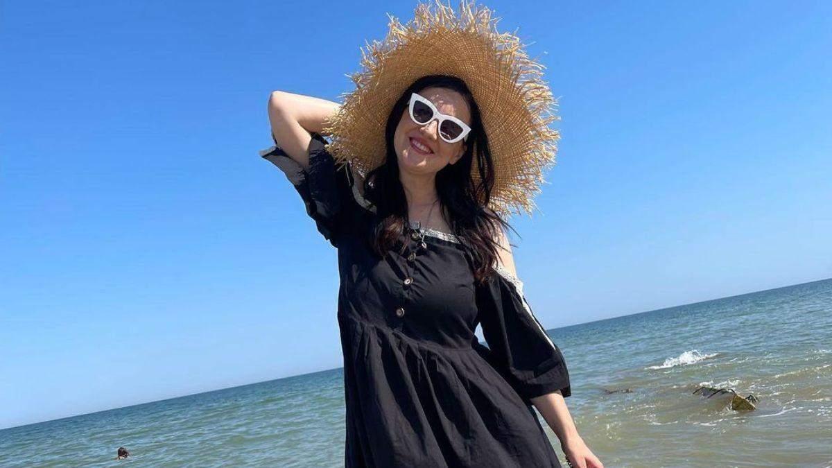 Соломія Вітвіцька в чорній сукні позувала на березі моря: фото