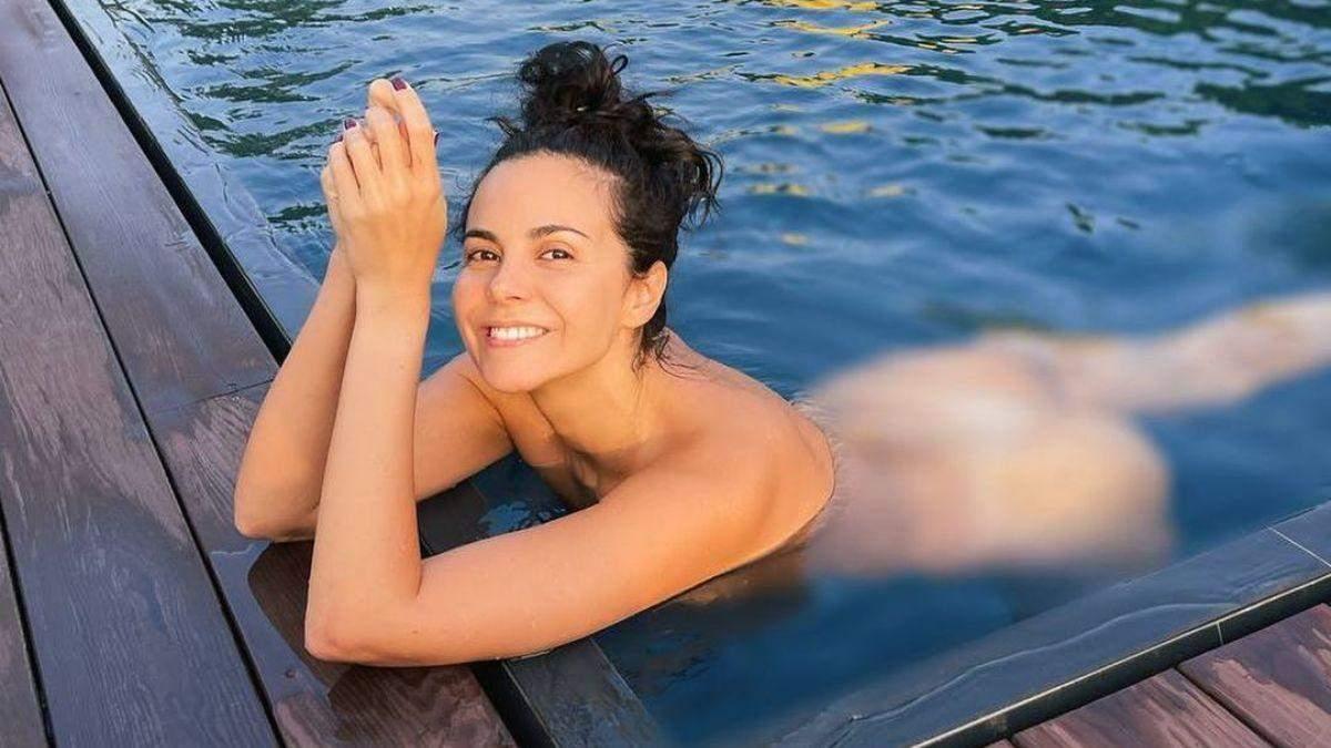 Обнаженная Настя Каменских плавала в бассейне: фото