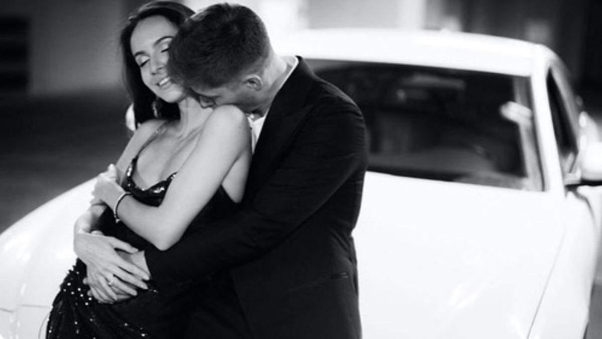 Володимир Остапчук з дружиною позував у фотосесії в автомобілі