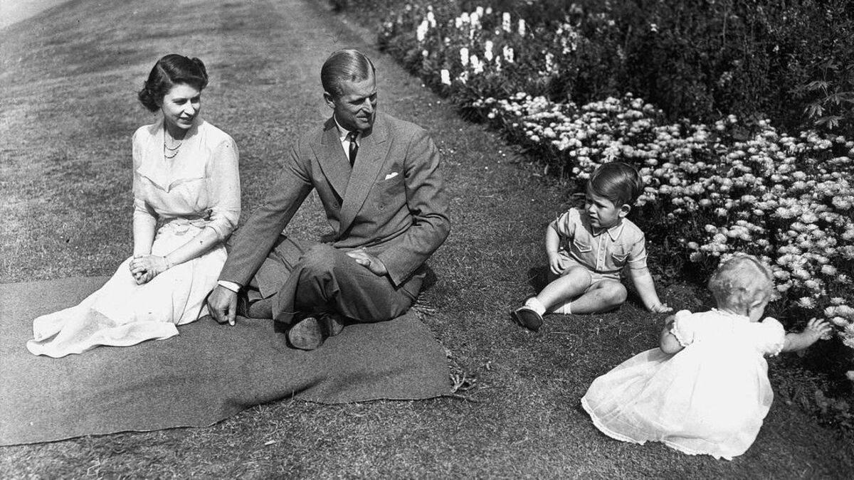 З принцом Філіпом і Єлизаветою II: фото, зроблене 70 років тому