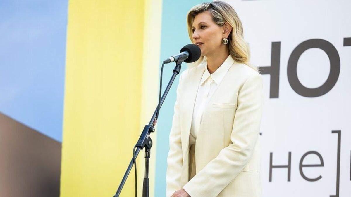 Олена Зеленська відвідала виставку у стильному образі: фото