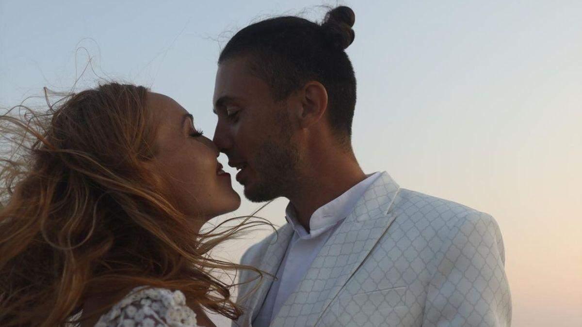 Alyosha приголомшила романтичною фотосесією з чоловіком - Новини шоу-бізнесу - Showbiz