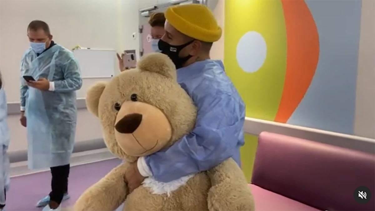 Монатік зробив сюрприз прихильниці, яка поборола рак: зворушливе відео з лікарні - Новини шоу-бізнесу - Showbiz