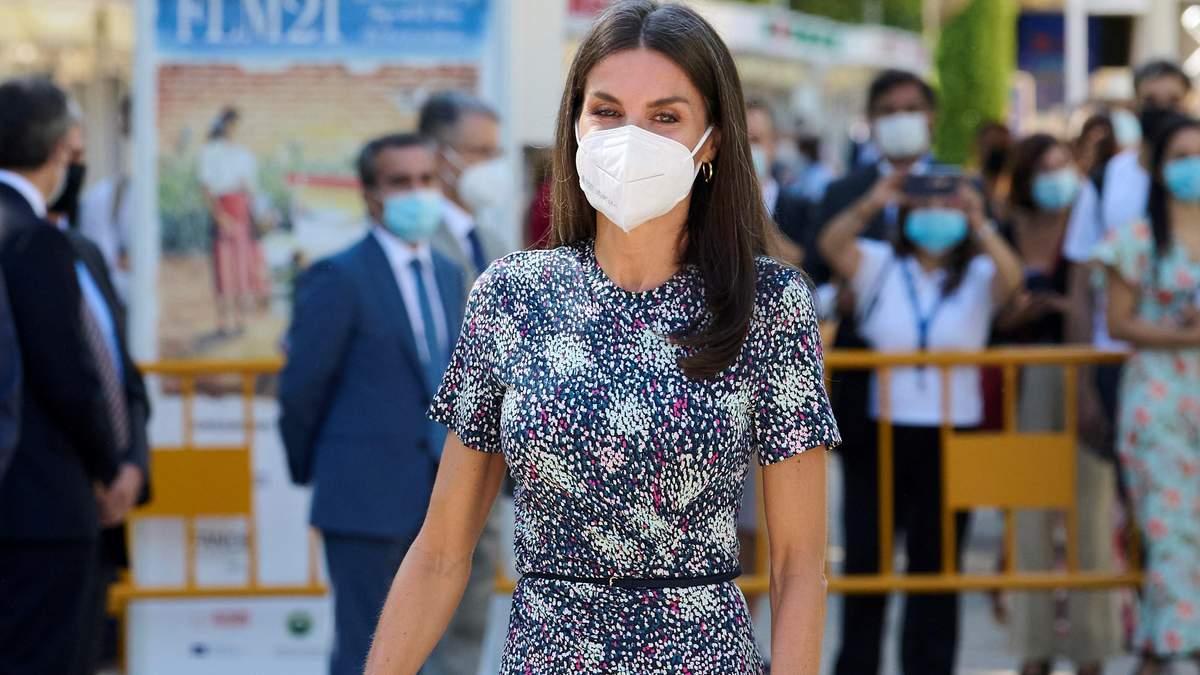 Королева Летиция пришла на выставку в платье с мелким принтом: фото нового образа