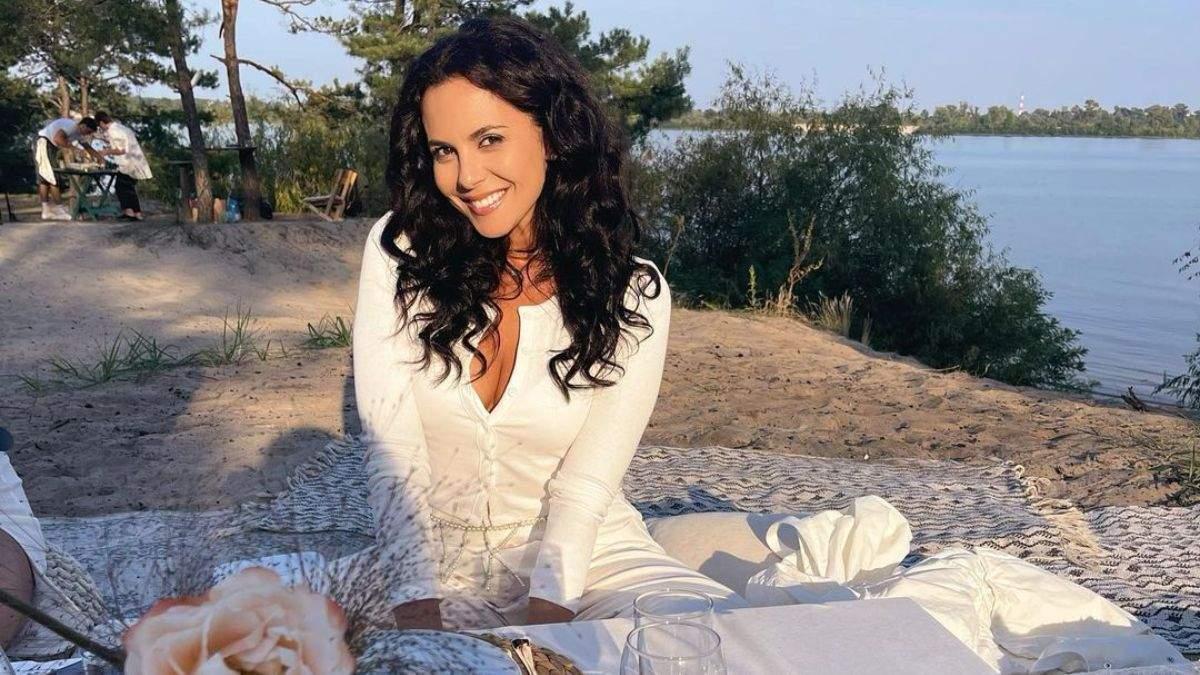 Настя Каменских показала образ со дня рождения Кати Осадчей: фото в белом наряде