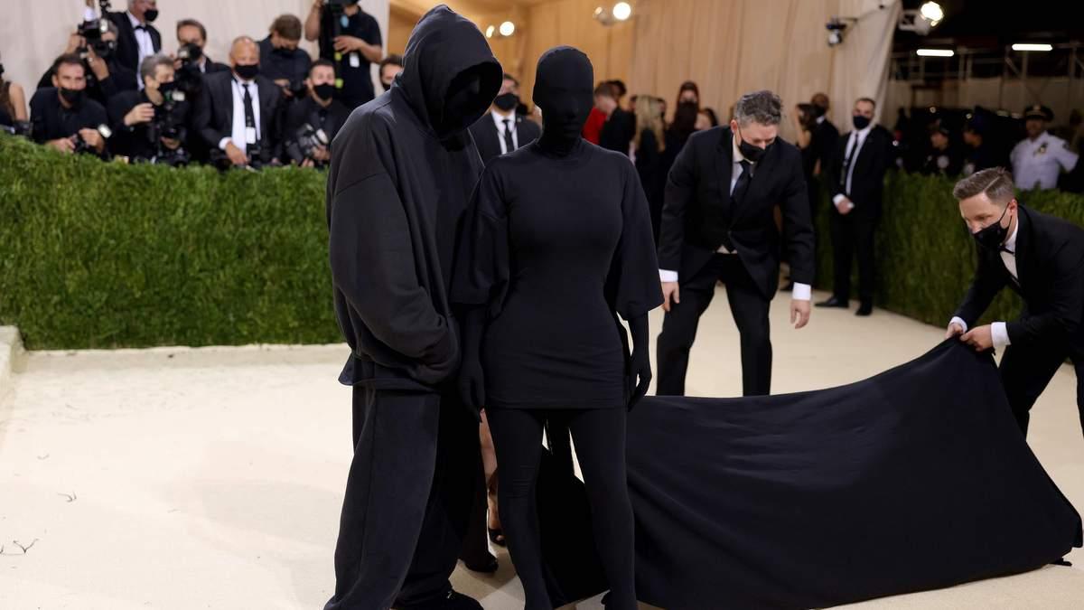 Фанни озадачены: кто на самом деле сопровождал Ким Кардашян на Met Gala 2021