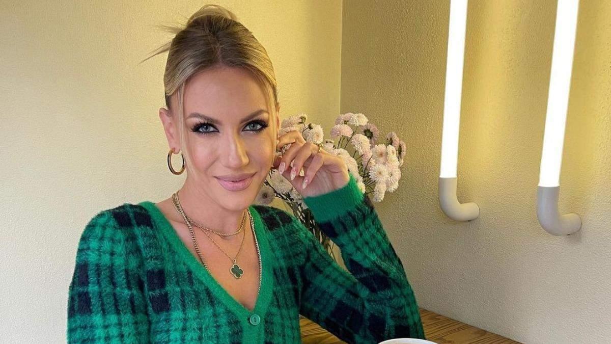 Леся Нікітюк позувала в чорно-зеленому светрі та мініспідниці: фото осіннього образу - Showbiz