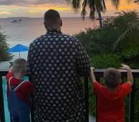 Монатік з синами побудував пісочні замки на Мальдівах: казкові фото та відео