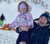 На санках: Наталка Карпа показала зимові розваги з донькою – яскраві фото