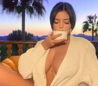 У куртці без білизни: Демі Роуз засвітила пишні оголені груди – фото 18+