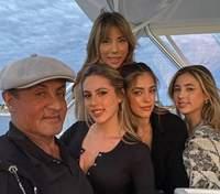 На прогулке на яхте: Сильвестр Сталлоне очаровал редким фото с женой и дочками