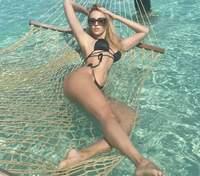 У чорному купальнику: Оля Полякова похизувалася оголеними сідницями – гарячі фото