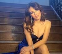 Как звезда Playboy: 55-летняя Элизабет Херли поразила раскрепощенным фото с пышной грудью
