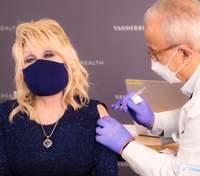 75-річна Доллі Партон вакцинувалася від коронавірусу