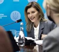 Елена Зеленская покорила элегантным образом на встрече: фото в сером костюме