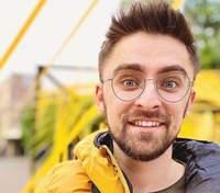 У перуці та бритвою у руках: шоумен Julik розсмішив кумедним роликом напередодні 8 Березня