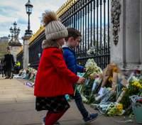 Британці покладають квіти у пам'ять про принца Філіпа: палац просить цього не робити