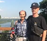 Син хворого Григорія Чапкіса показав, як танцював з батьком у центрі Києва: архівне відео