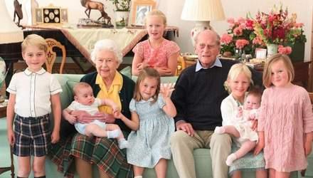 Королівська сім'я поділилася рідкісним фото принца Філіпа з сімома правнуками