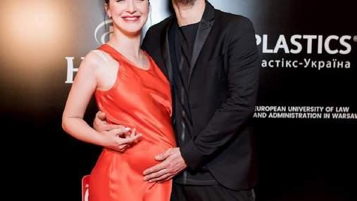 Сергій Бабкін вийшов на червону доріжку з вагітною дружиною: щасливі фото