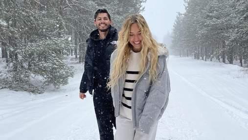Вагітна Даша Квіткова захопила чуттєвою фотосесією з чоловіком у засніженому лісі