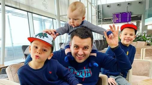 Григорій Решетник з дружиною та синами відправився у відпустку: фото з аеропорту