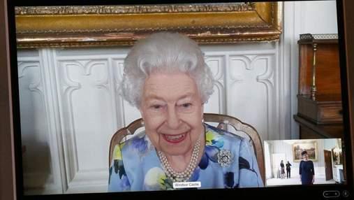 Усміхнена й у квітковій сукні: Єлизавета II вперше з'явилась на публіці після втрати чоловіка