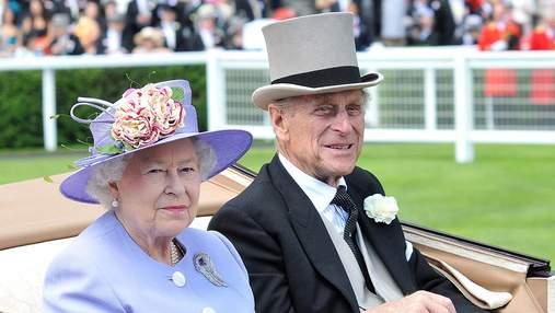 Королева Елизавета II присылает открытки с портретом мужа принца Филиппа