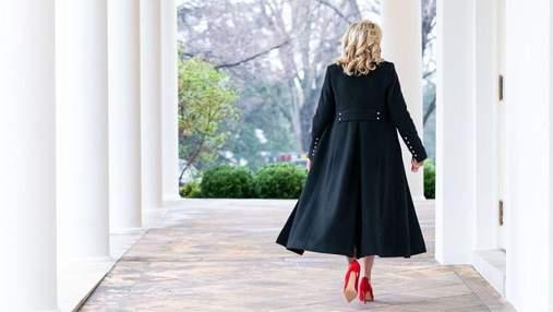 Джилл Байден вразила розкішним образом у чорному пальті: фото з Білого дому