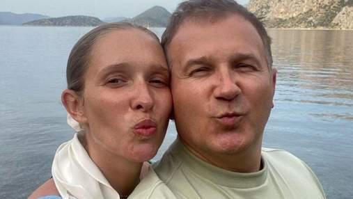 Беременная Катя Осадчая поделилась серией фото с любимым и поздравила его с именинами