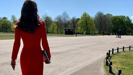 Кейт Міддлтон приголомшила яскравим образом у червоному пальті: ефектні кадри
