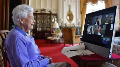 В джемпере цвета сирени: Елизавета II провела онлайн-встречу и показала свои детские фото