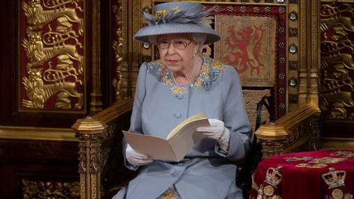 Єлизавета II здійснила публічний вихід у бузковому пальті з вишитими квітами та без маски