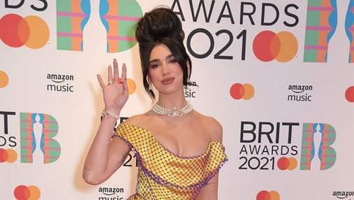 Дуа Ліпа завітала на премію BRIT Awards у сміливому образі в стилі Емі Вайнгауз: фото