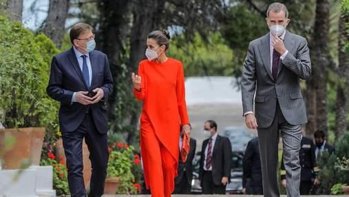 Королева Летиция покорила публику аутфитом в оранжевом костюме: фото яркого выхода