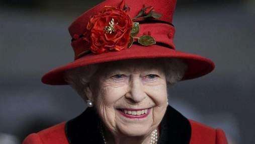 Вшанувала пам'ять чоловіка: Єлизавета II вийшла у світ у пальті та з особливою брошкою