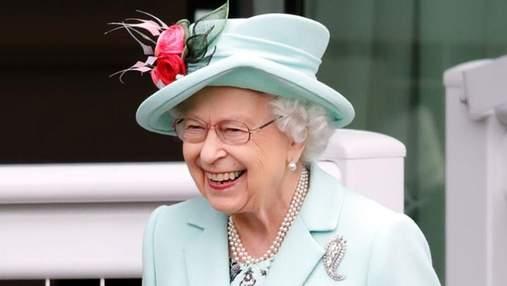 Єлизавета ІІ відвідала улюблені кінні перегони Royal Ascot: фото вишуканого образу