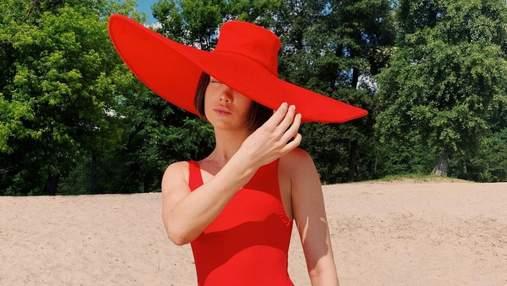 Lida Lee вразила мережу червоним пляжним образом: сексуальні вигини артистки