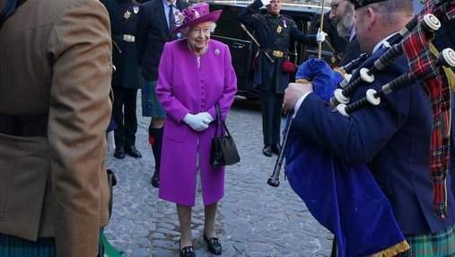 Єлизавета II показала елегантний образ у пальті та квітковій сукні: фото з туру Шотландією