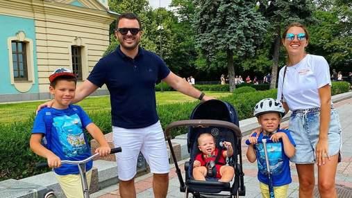 Григорий Решетник прогулялся по Киеву с женой и тремя сыновьями