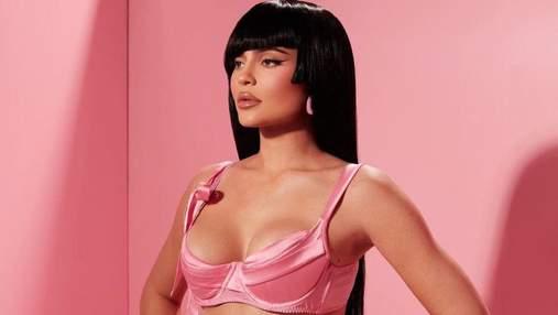 Кайлі Дженнер випнула пишні груди у рожевому ліфі: гарячий ляльковий образ