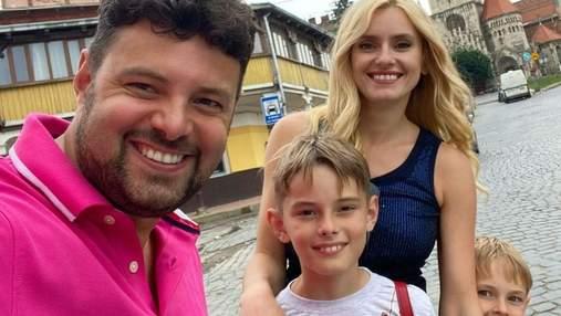 Ірина Федишин показала стильний повсякденний образ на прогулянці з сім'єю: фото