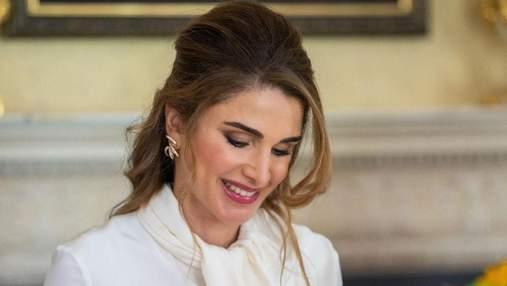 Королева Рания очаровала нежным образом в малиновой юбке: фото