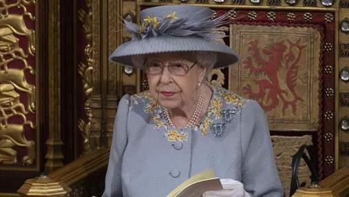 Елизавета II очаровала нежным образом в цветочном платье и с особой брошью