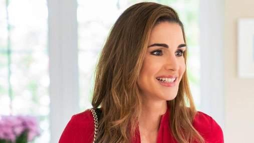 Королева Ранія підкорила елегантністю в червоній блузці: фото нового виходу