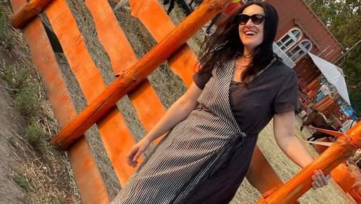 Соломія Вітвіцька позувала в чорно-білій сукні на Одещині: фото повсякденного образу