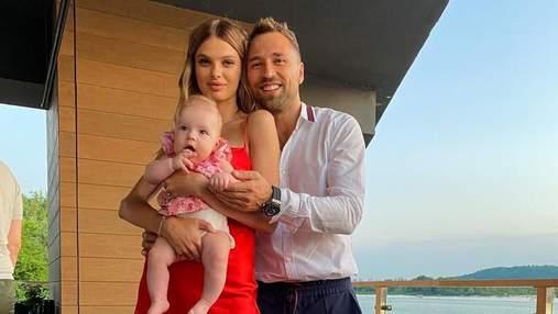 """Макс Михайлюк з """"Холостяка"""" вийшов у світ з красунею-дружиною та донечкою: миле фото"""
