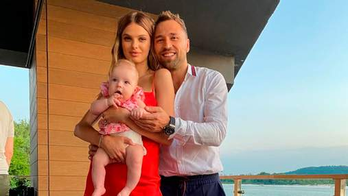 """Макс Михайлюк из """"Холостяка"""" вышел в свет с красавицей-женой и дочкой: милое фото"""