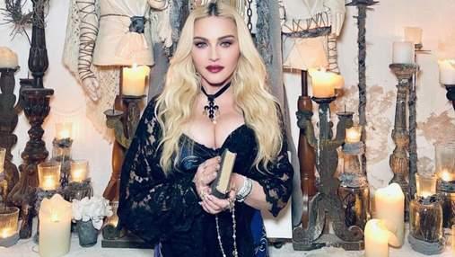 Мадонна позувала в епатажній фотосесії в церкві: фото з відпочинку в Італії