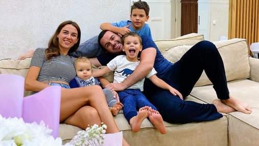 Григорий Решетник очаровал сеть фотографией с женой и сыновьями